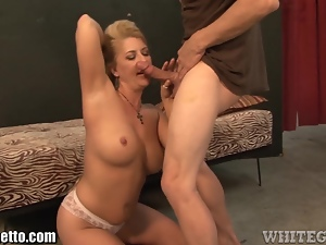 WhiteGhetto MILF throat Fucks the Delivery Guy