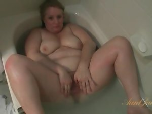 BBW gets wet and fun in the bathtub
