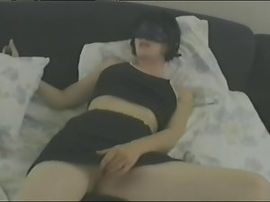 Blindfolded brunette enjoys pounding her cunt with a dildo