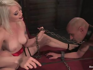 Sexy Lorelei Lee dominates a guy and gets her pussy licked
