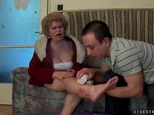 He helps an injured mature woman and licks her feet