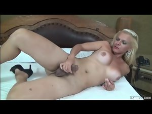 Shemale beats off her sexy boner lustily