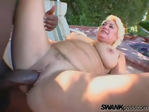 Sexy mature chick and a BBC fuck outdoors