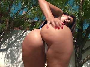 Beautiful Babe with Awesome Ass Masturbating Under the Sun