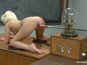 Booty schoolgirl Kelly Surfer is under some machine penetration