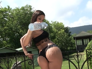 Daphne pours water on her body and masturbates outdoors
