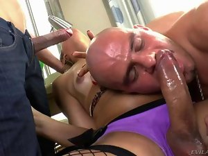 Shemale Bianca Hills pleases two dicks