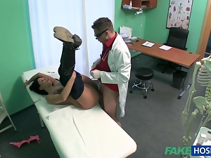 Amateur chick fucked with fraud doctor