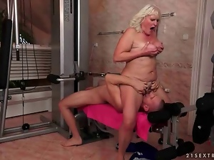 Old bitch gets fucked hard in the gym