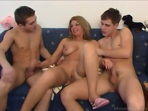 Young men find milf mouth and pussy hot
