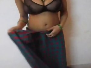 Randy indian mature whore expose her mega tits in saree
