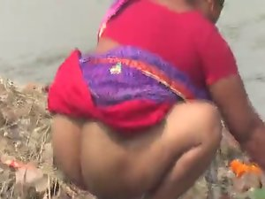 Bengali desi aunty washing attractive mature arsehole in Public