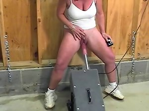Experienced with huge clit squirts while screwed by the machine