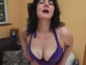 Kinky UK slutty mom with hungry aged pussy