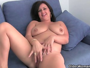 Slutty mom with large melons gets finger banged
