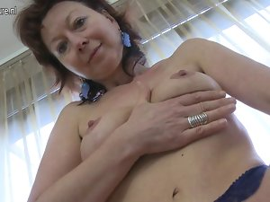 Experienced slutty mom loves to play with herself