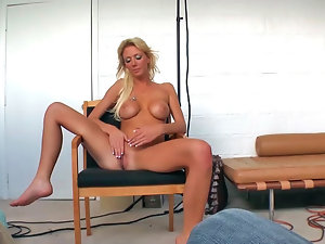 Tanned blondie Sydney exposes her big sensual moulds